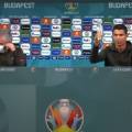 Cristiano Ronaldo levantando una botella de agua después de quitar dos de coca cola