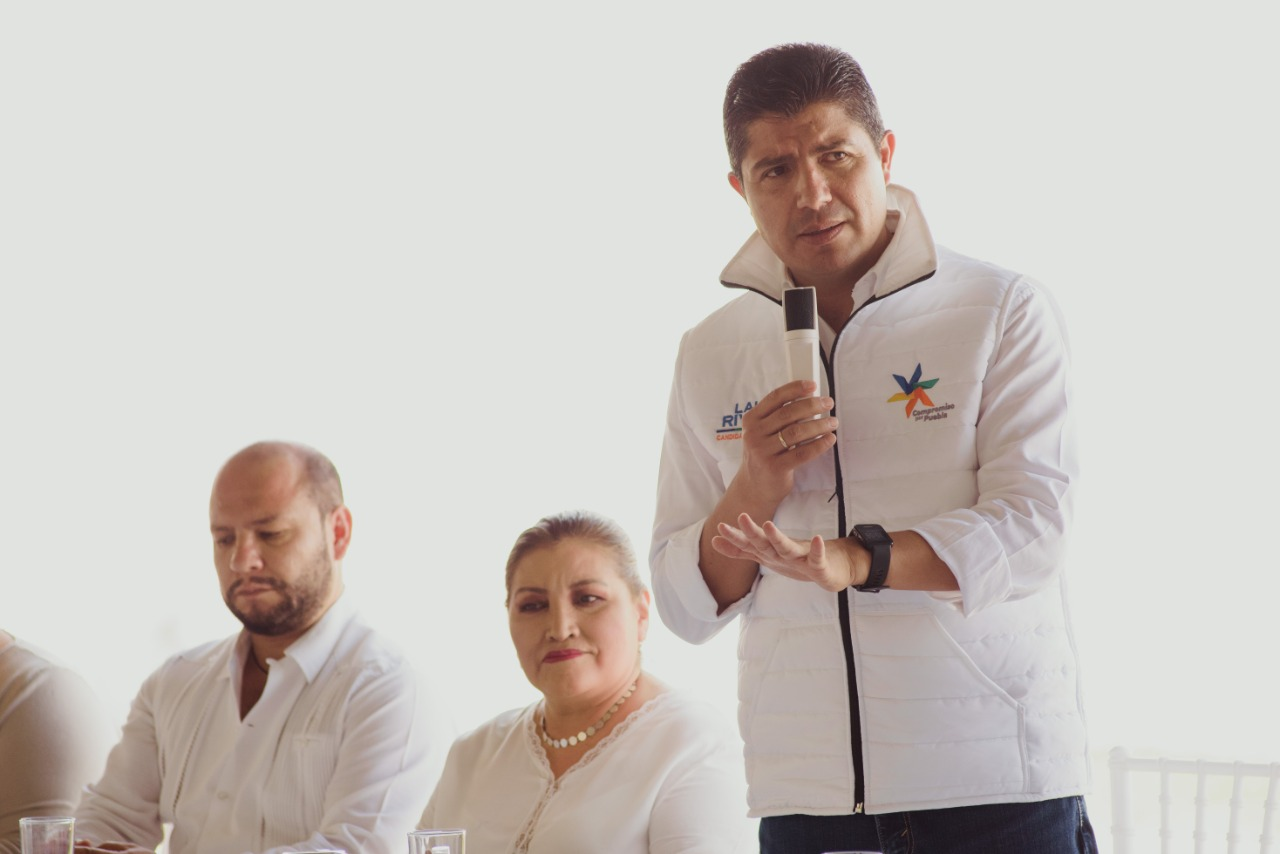 Eduardo Rivera durante la campaña con el chaleco de Compromiso por Puebla