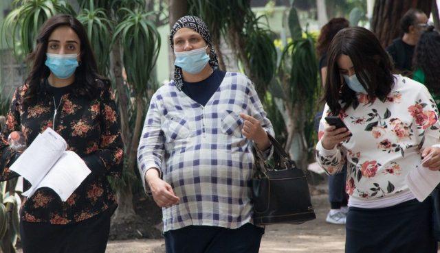 Embarazada camino a recibir la vacuna de Covid-19