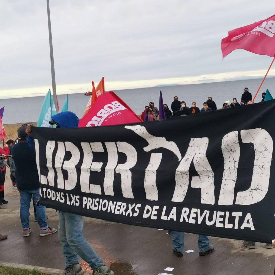 Punta Arenas: Funan lanzamiento de candidatura de Boric y le recuerdan su participación en el «acuerdo por la paz» con Piñera