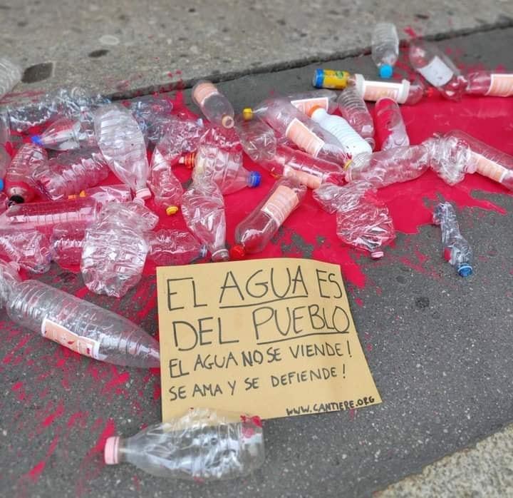 """Llega a Italia el grito """"Fuera Bonafont de Puebla""""; zapatistas protestan en Milán"""
