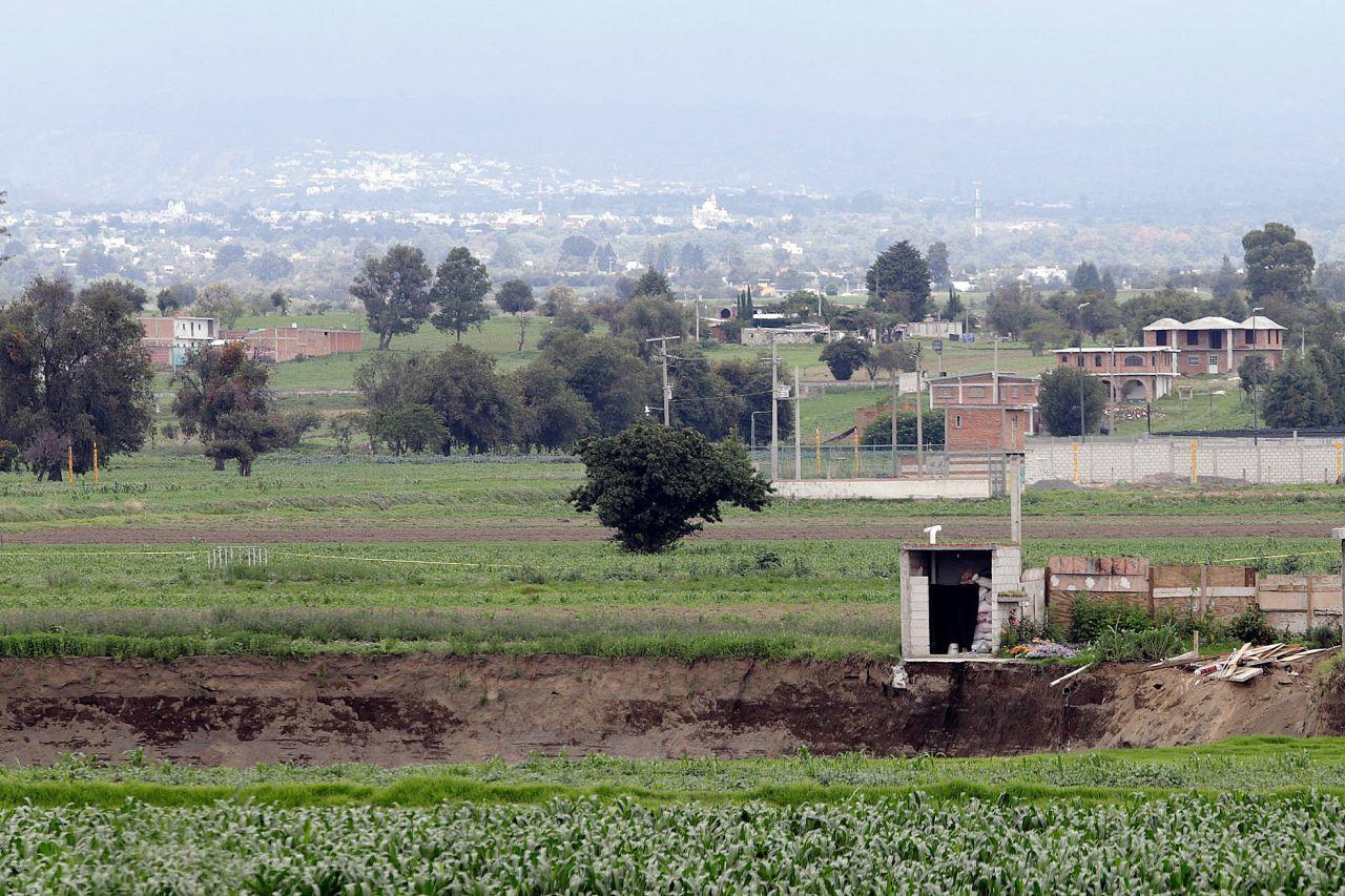 Socavón se traga gran parte de casa aledaña en Zacatepec, Puebla