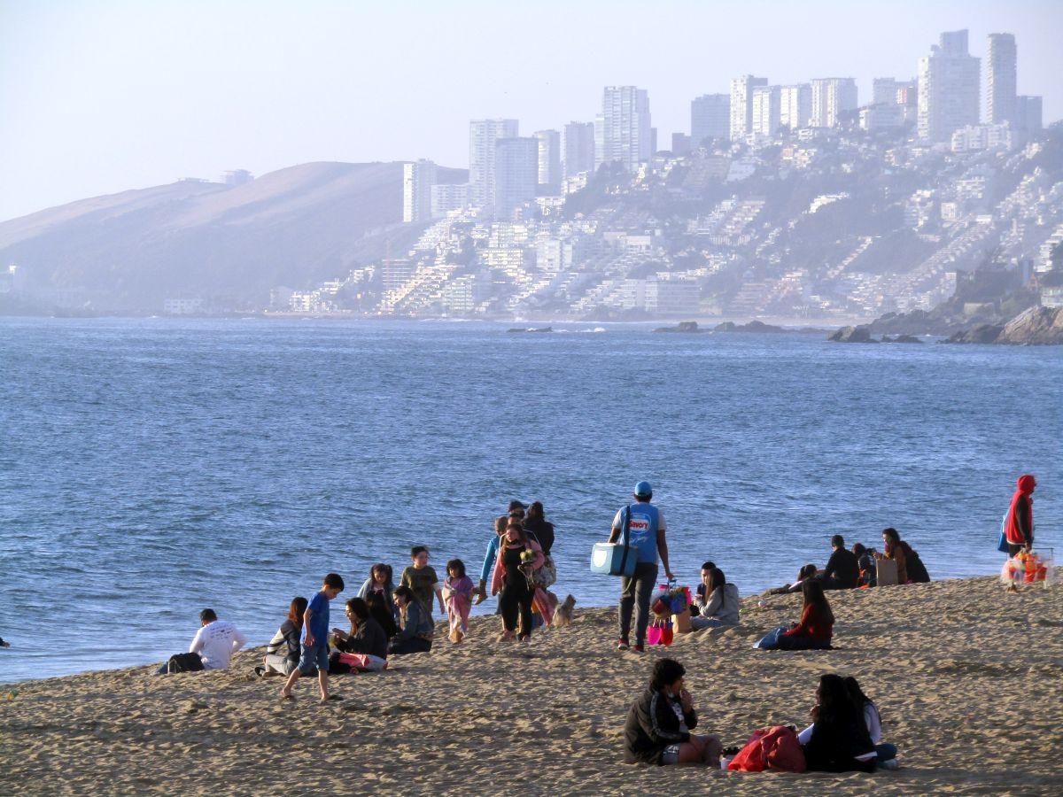 Despachan al Senado proyecto que prohíbe fumar en playas, ríos y lagos, así como botar colillas en la vía pública