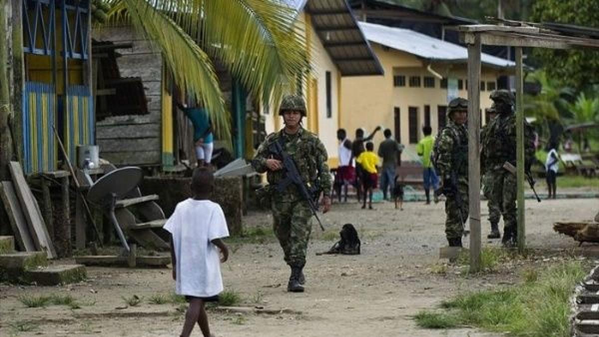 Familias indígenas están encerradas en sus viviendas por violencia en Colombia
