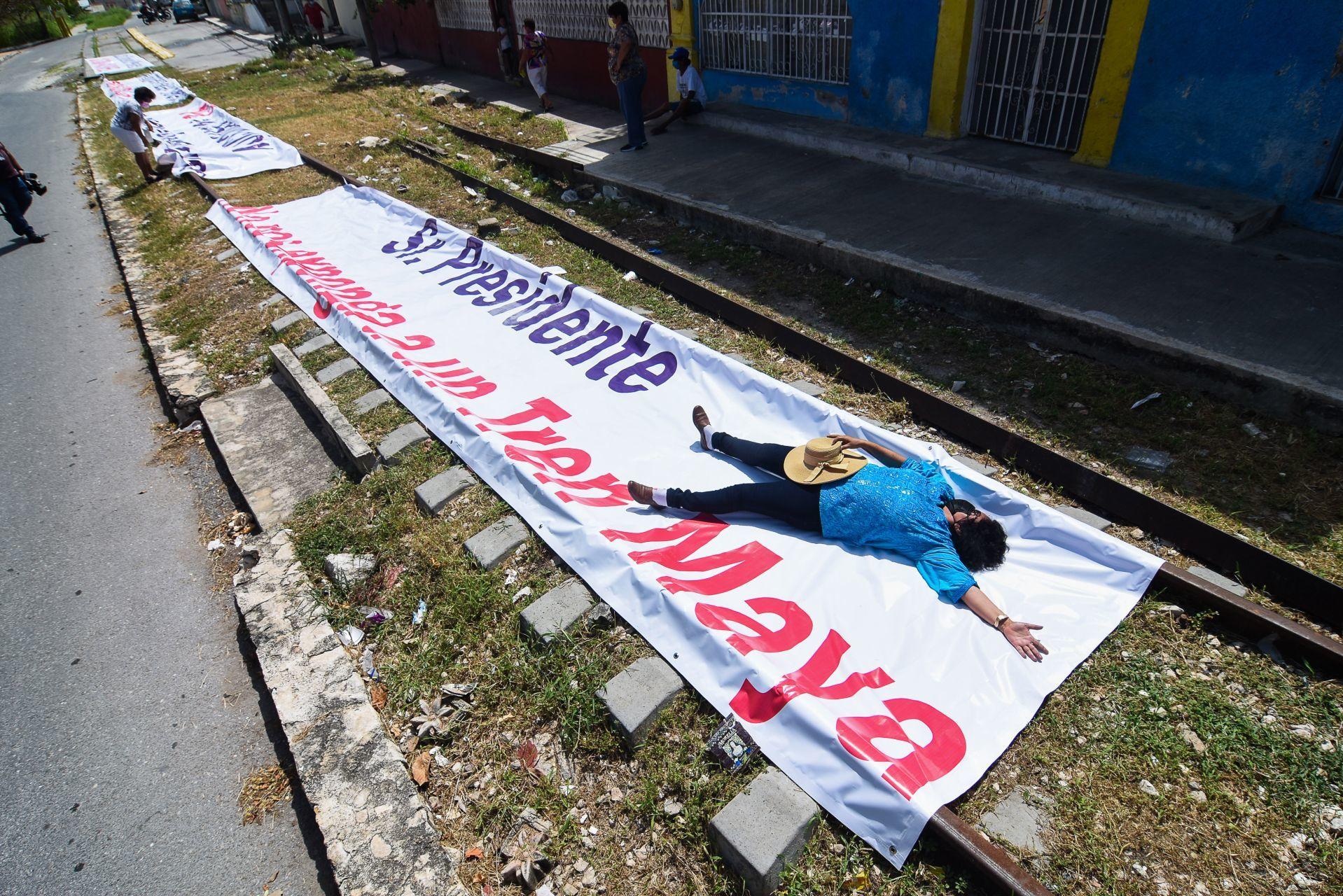 AMLO supervisa, vía aérea, avance de las obras del Tren Maya
