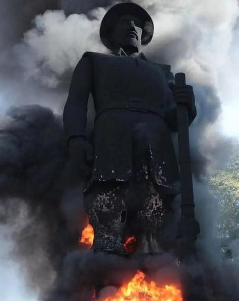 La ola de tumbamiento de estatuas iniciada en Chile alcanzó Brasil