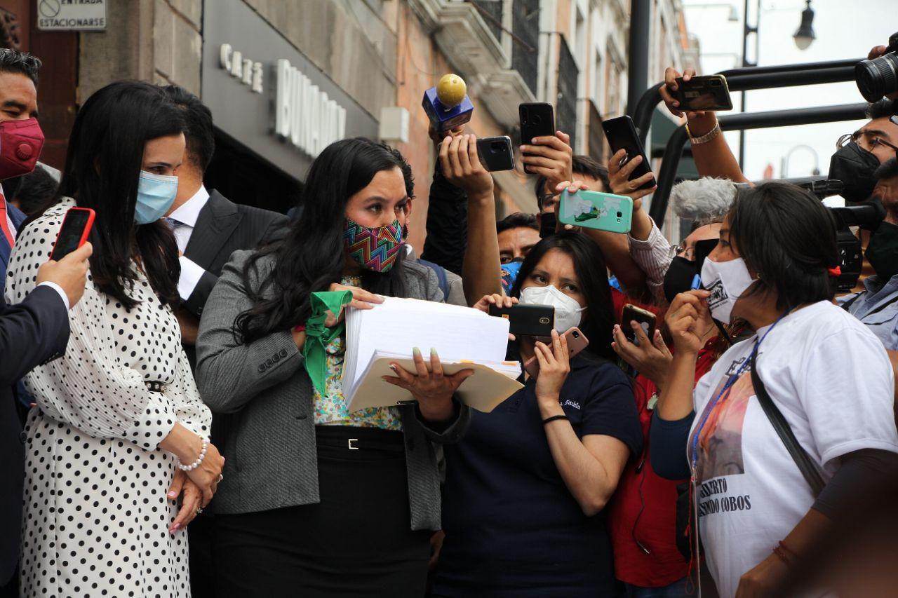 La diputada Estefanía Rodríguez Sadoval recibiendo las firmas del Colectivo Voz de los Desaparecidos