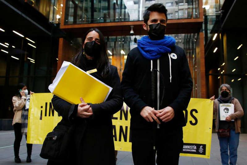 Amnistía Internacional entrega más de 200 mil firmas para exigir que se investigue a altos mandos de Carabineros por agresión a Gustavo Gatica