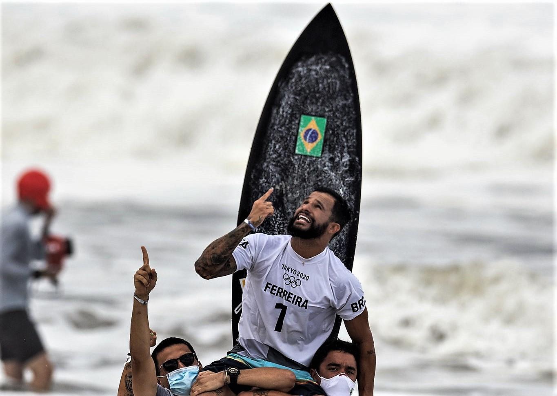 Italo Ferreira: el joven brasileño que surfeó la pobreza hasta llegar a lo más alto del olimpismo