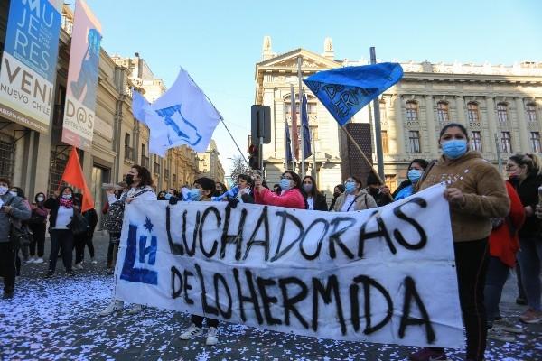 Vecinos de Lo Hermida manifestaron frente al exCongreso para denunciar crisis de vivienda que afecta a 800 mil familias de Peñalolén