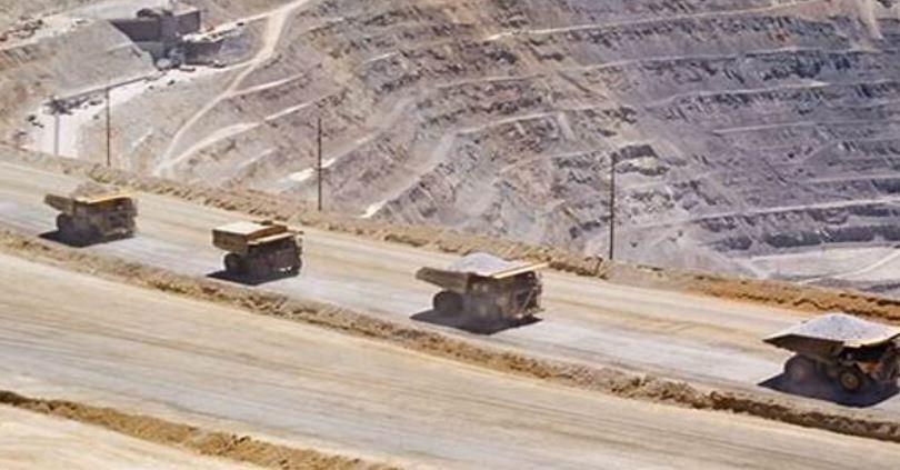 Economista José Gabriel Palma: «Tenemos el derecho de propiedad colectivo de los recursos naturales y podemos cobrar a quien extrae el cobre en la roca o el litio en el salar»
