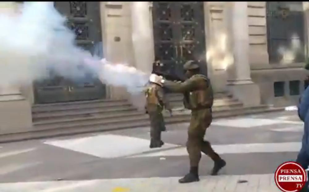 Represión de carabineros provoca suspensión de sesión inaugural de la Convención Constituyente