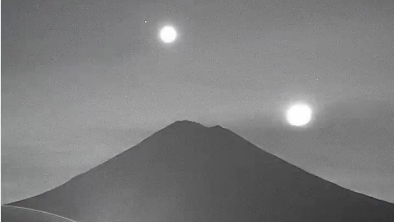 Se ve el volcán Popocatépetl con martes y venus a sus espaldas y brillando
