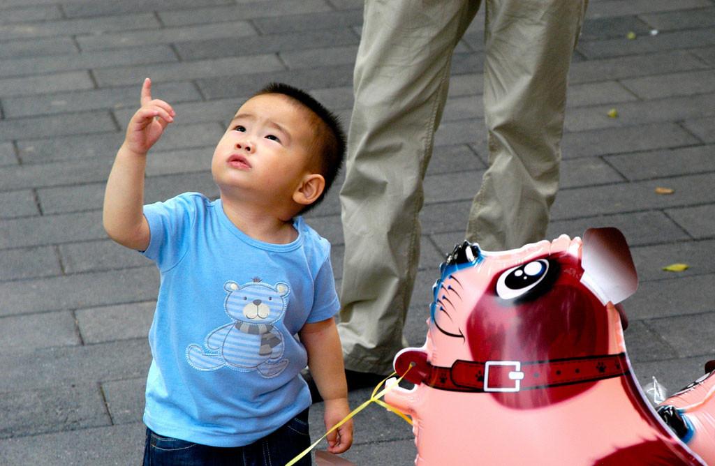 Ante crisis demográfica China enmienda ley para permitir a parejas tener tres hijos