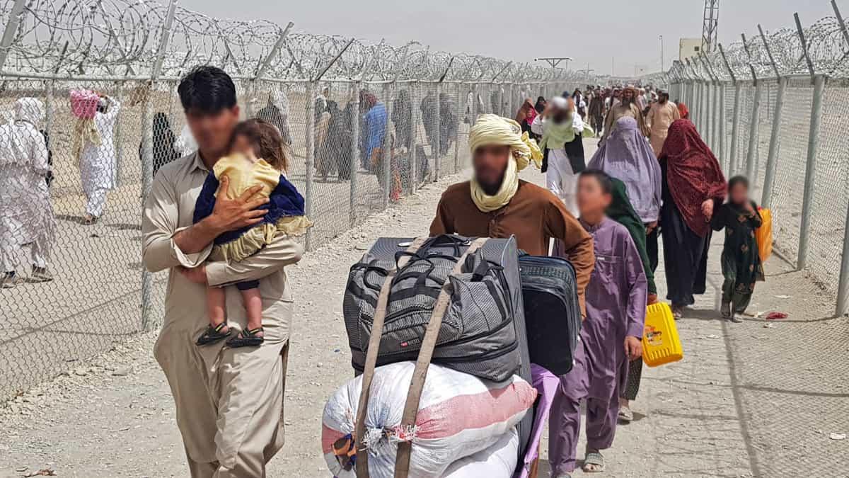 Ministerio de Defensa de Rusia evacúa a más de 500 personas de Afganistán