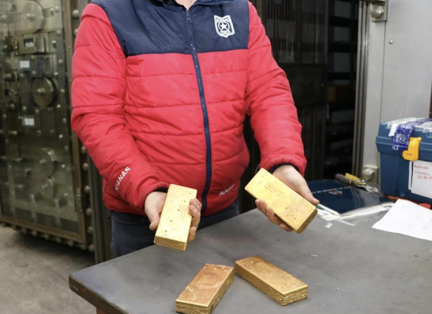 Olvidó lingotes de oro en su  maleta y fueron rematados en aeropuerto