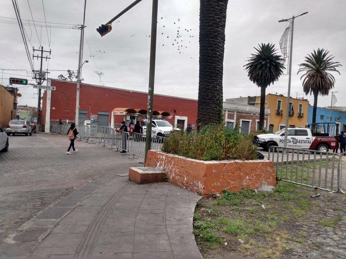 Desalojan a estudiantes no aceptados en la BUAP de la explanada de Casa Aguayo