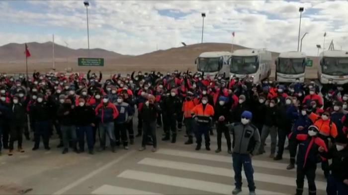 Trabajadores de Minera Escondida llaman a la empresa a evitar «conflicto extenso» tras aprobar huelga: «Podría ser el más costoso en la historia sindical del país»