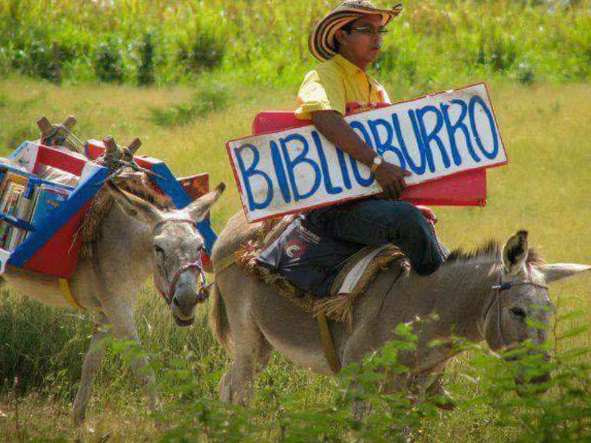 Le dicen «el Quijote colombiano» y lleva su 'Biblioburro' a los lugares más apartados y pobres de Colombia