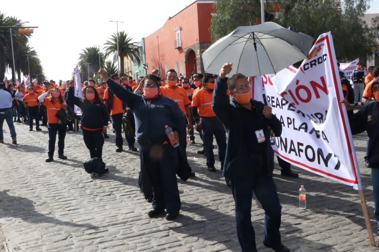 Se manifiestan trabajadores de Bonafont en Casa Aguayo, exigen reapertura de la planta