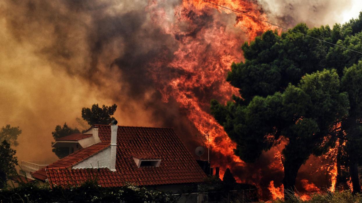 Grecia sigue su lucha contra el fuego mientras Turquía se salva por repentinas lluvias