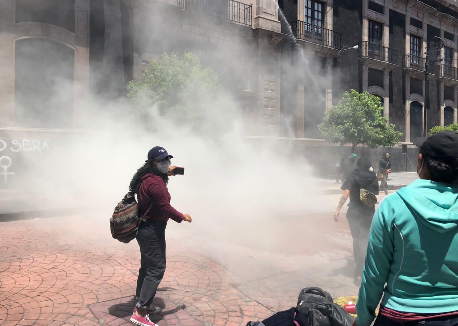 Violentan en sede legislativa de Edomex a feministas, con agua y gas