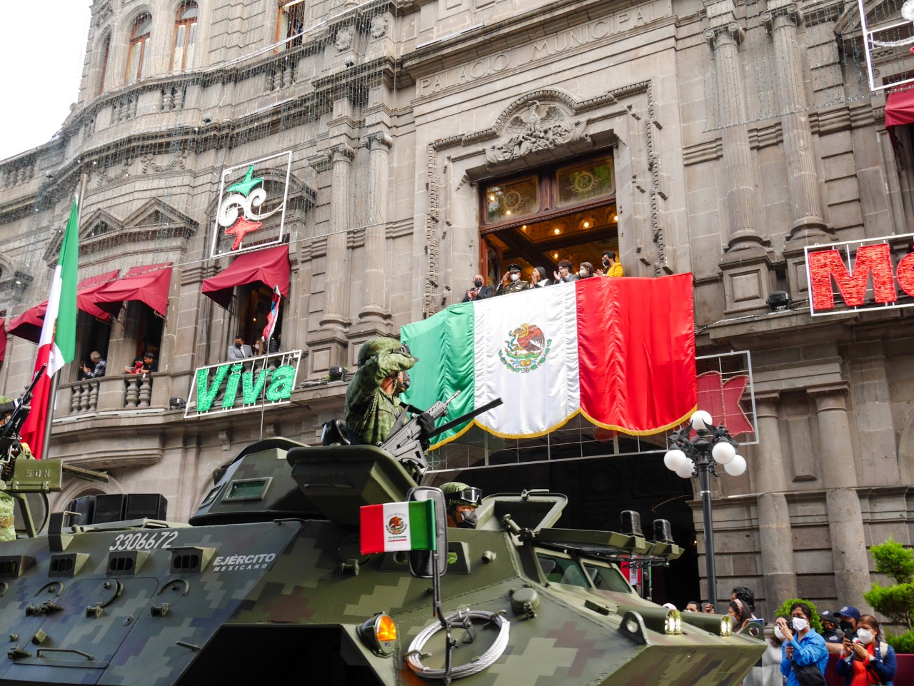 Fuerzas castrenses y policiacas desfilan por el centro de Puebla