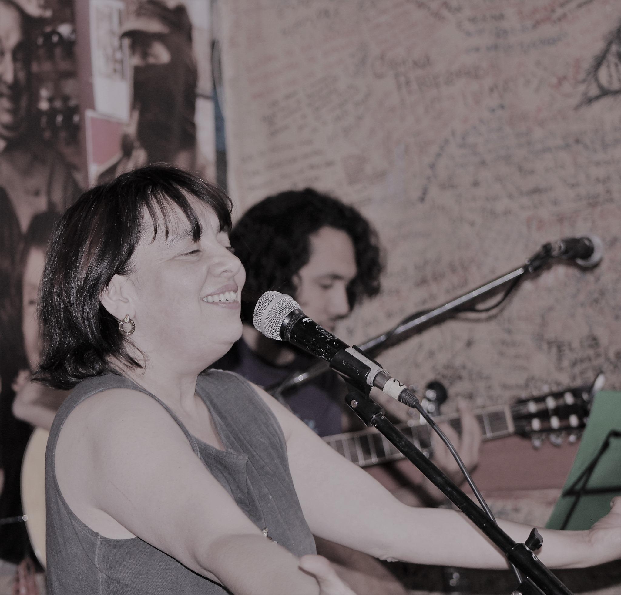 Escritora y cantautora Ana Baeza presenta en Valparaíso su disco «Las 10 formas del amor»