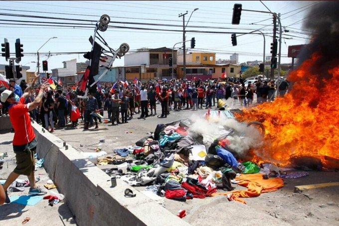 Odio y violencia al estilo Pinochet: Lo que dejó la marcha xenófoba contra migrantes venezolanos en Chile