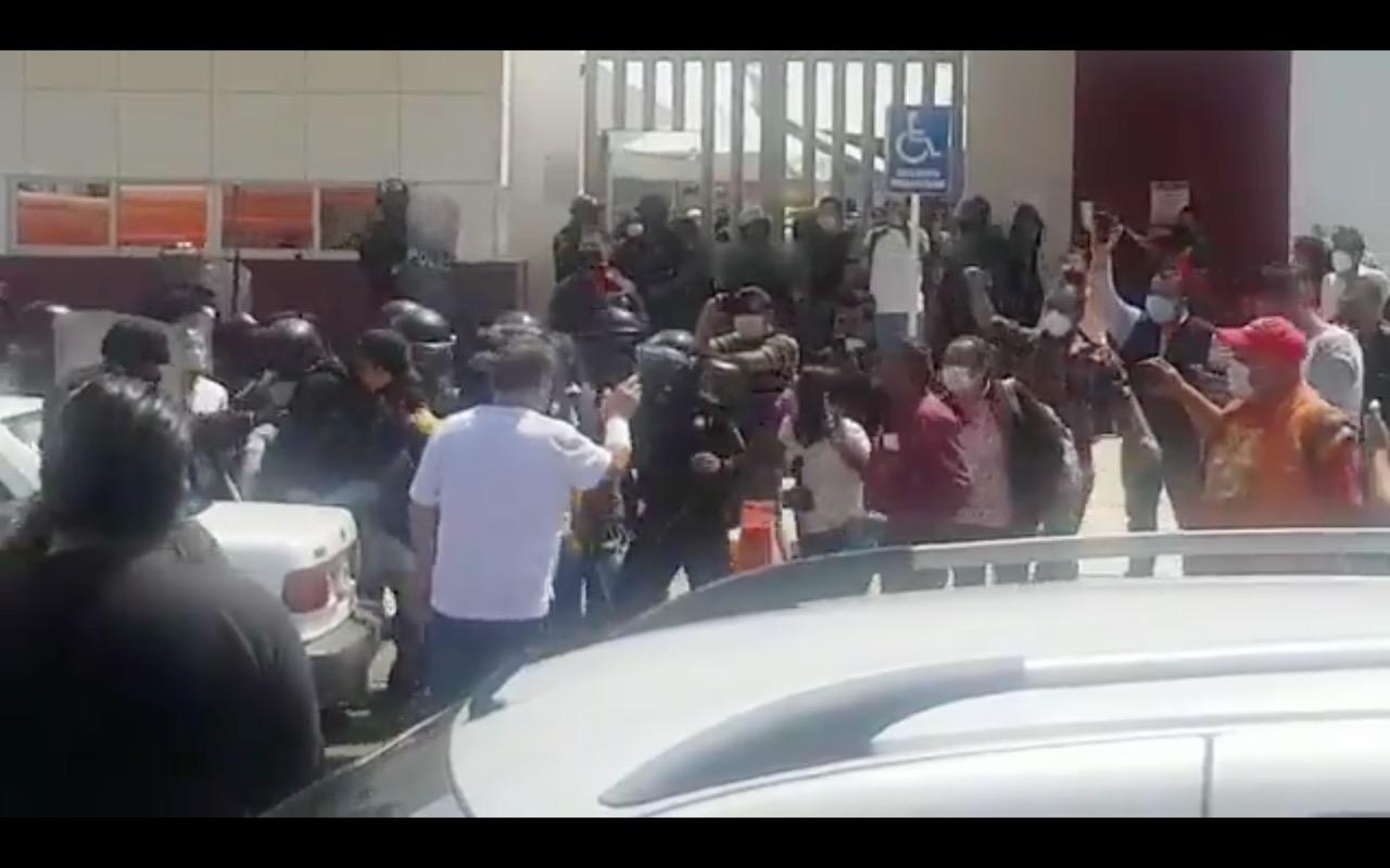 Protestan maestros de Tecamachalco en las instalaciones de la SEP Puebla; sobreviene contundente respuesta policiaca
