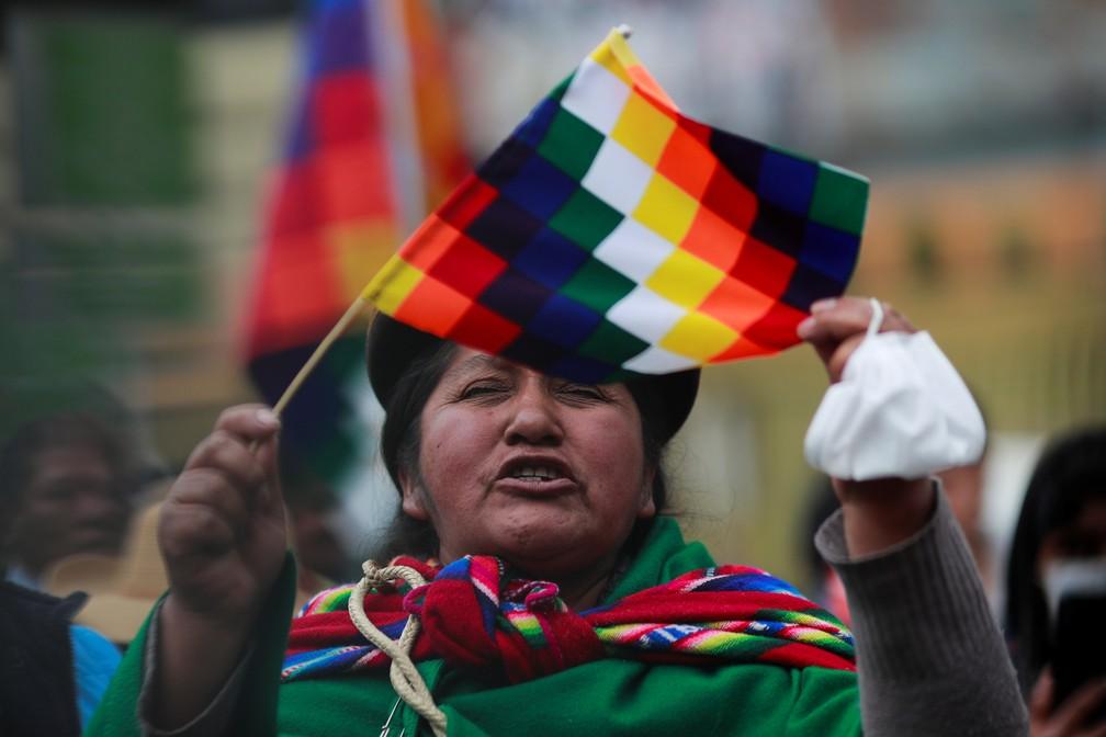 Asambleístas cruceños de la derecha ofenden a la wiphala y los bolivianos salen en su defensa