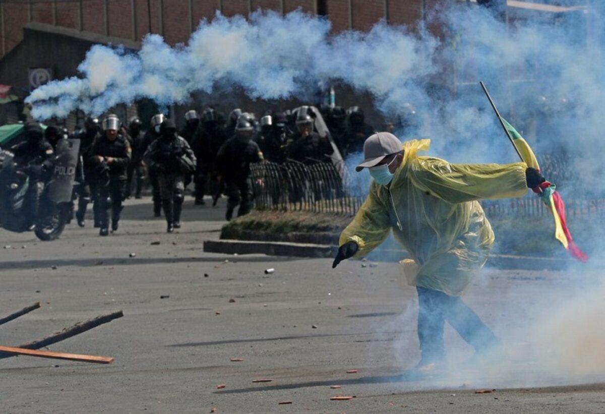 Cinco vehículos quemados e infraestructura policial destruida dejó conflicto cocalero en Bolivia