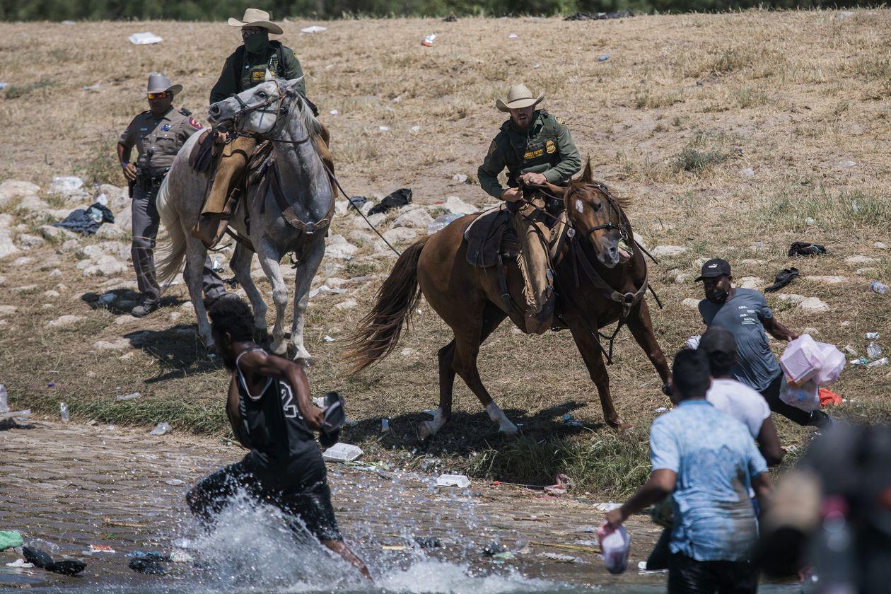 """Polémica: Agentes de EE.UU. cazan a migrantes haitianos como en el """"lejano oeste"""" para deportarlos"""