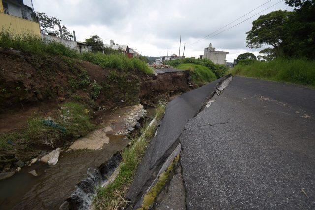 """XALAPA, VERACRUZ, 06SEPTIEMBRE2021.- La vialidad en la carretera Xalapa-El Castillo continúa afectada por el colapso de un puente debido al paso del huracán """"Grace"""". Además, habitantes en la zona afectada exponen que el gobierno estatal no ha dado ninguna solución a los daños que sufrieron sus viviendas. FOTO: YERANIA ROLÓN/CUARTOSCURO.COM"""