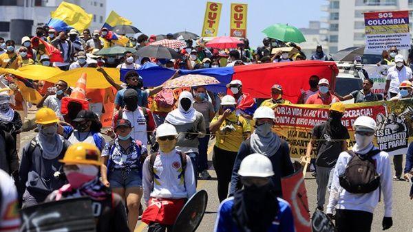 Colombianos en protesta contra la agenda neoliberal del presidente Iván Duque