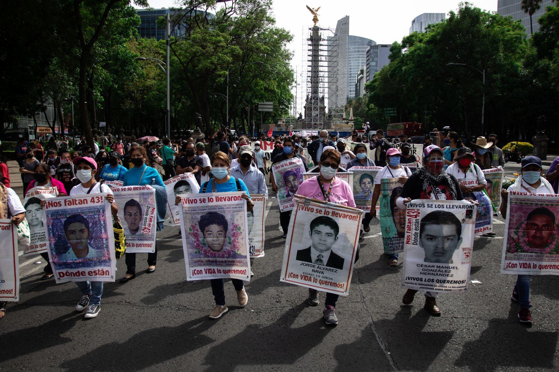 Miles exigen justicia por los 43 normalistas en el zócalo capitalino