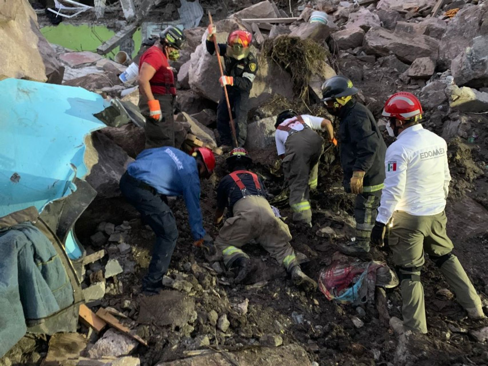 Rescatan cuerpos de madre e hijo en desgaje del cerro del Chiquihuite