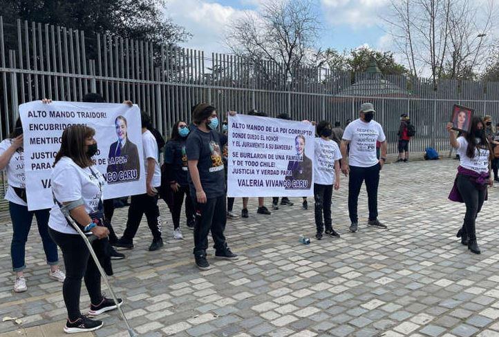 Familiares de PDI asesinada, Valeria Vivanco, se manifestaron en las afueras de la Parada Militar para exigir justicia