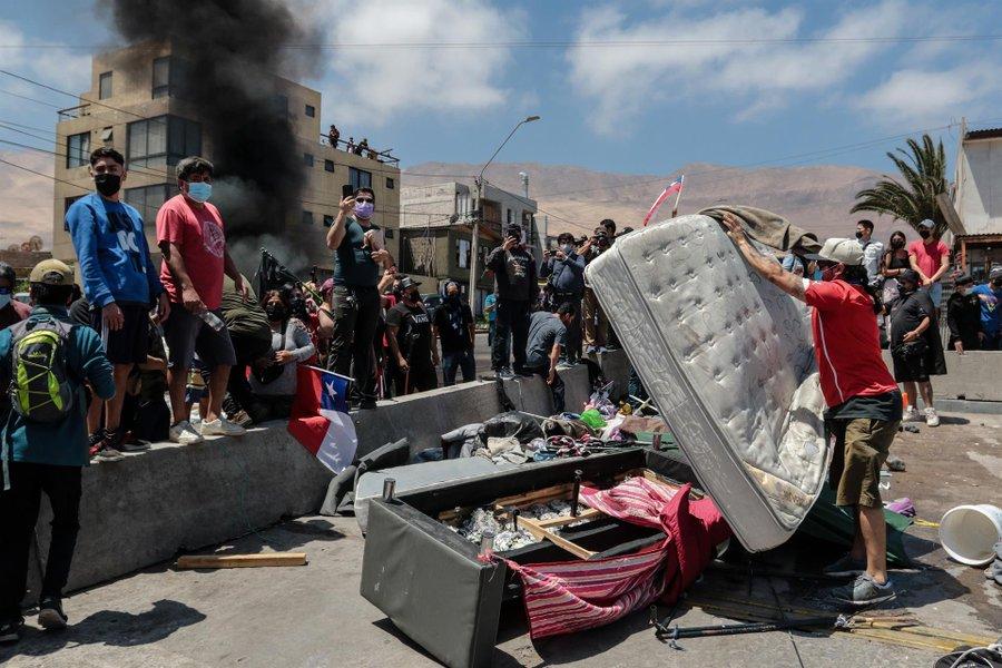 Fiscalía ordena a la PDI investigar quema de pertenencias a migrantes en Iquique y dispone medidas de protección para las víctimas