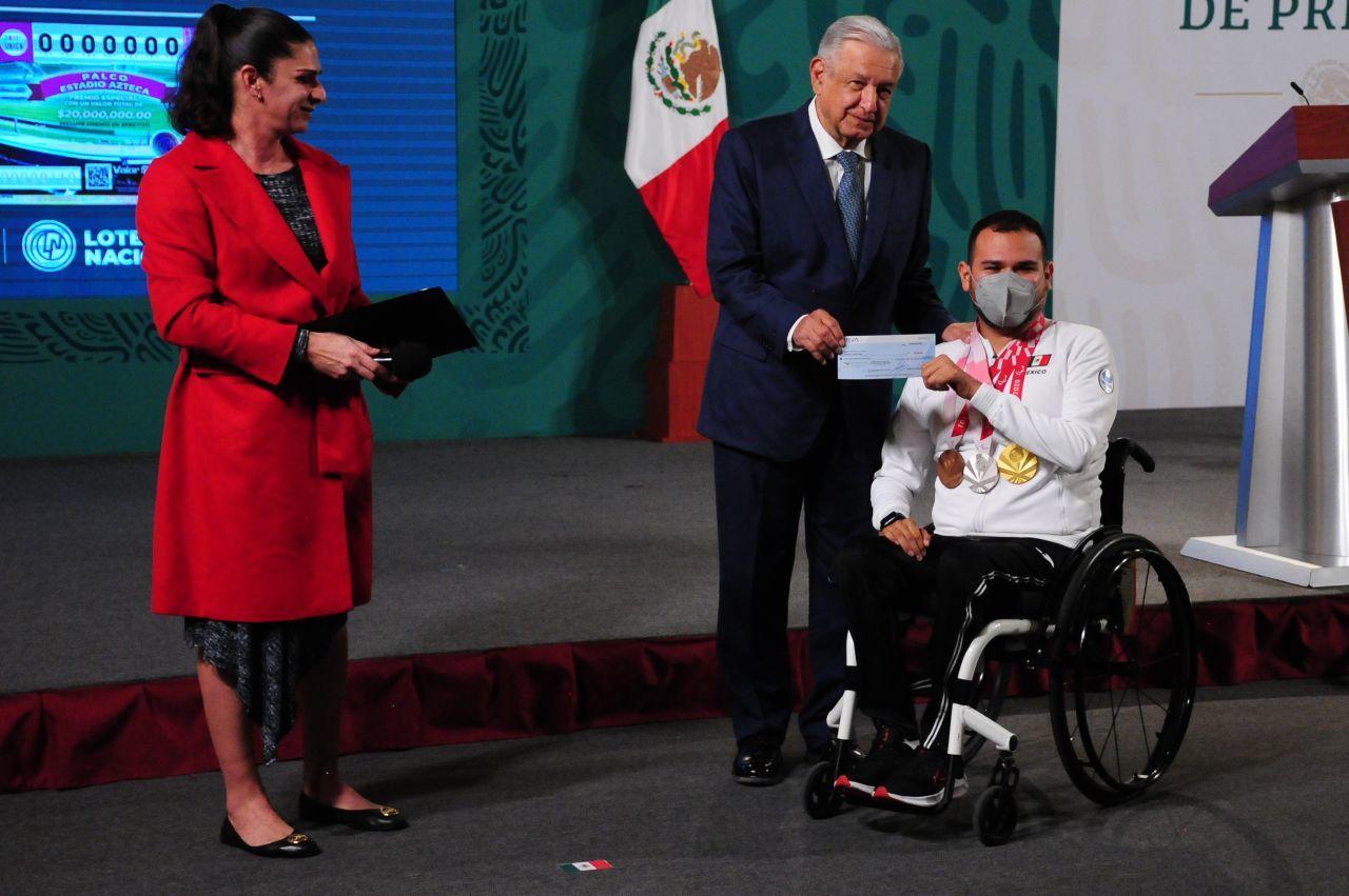 AMLO entrega incentivos a medallistas de Tokio 2020