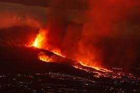 La nueva colada de lava provoca gran destrucción en la isla de La Palma