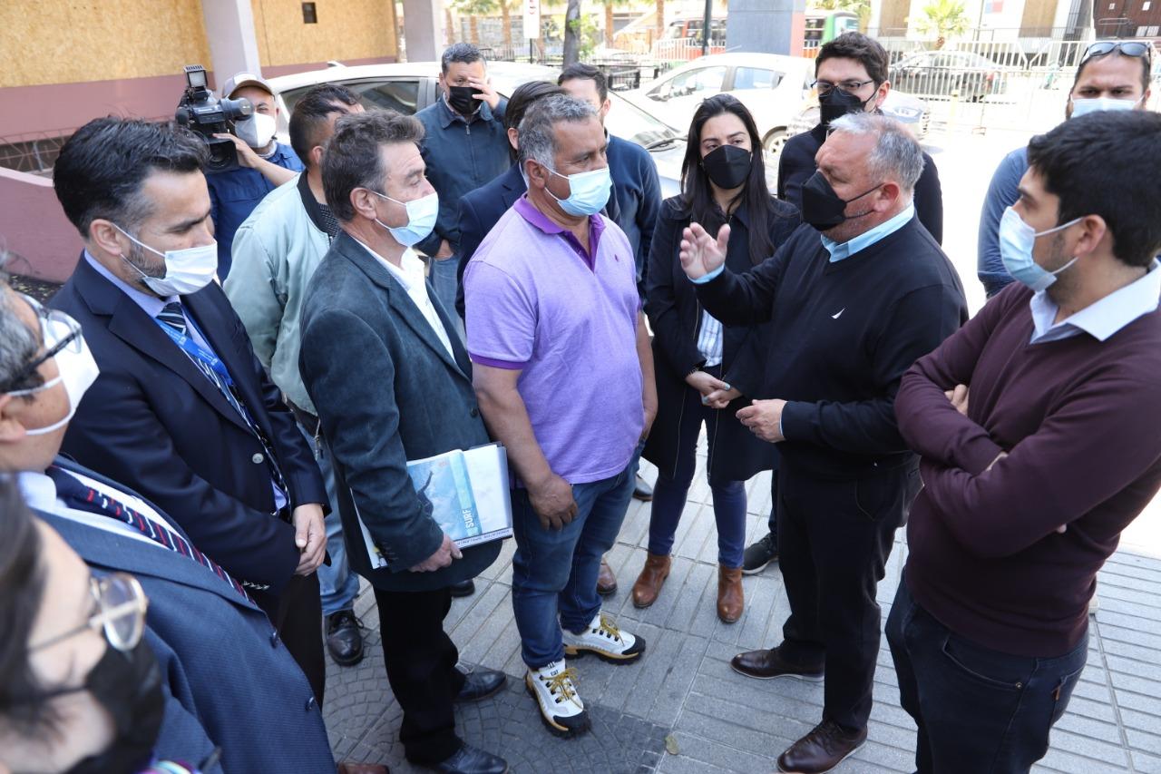 Valparaíso: Gobernador Mundaca prestó apoyo e intermediará con el Gobierno por situación de pescadores de ex caleta Sudamericana