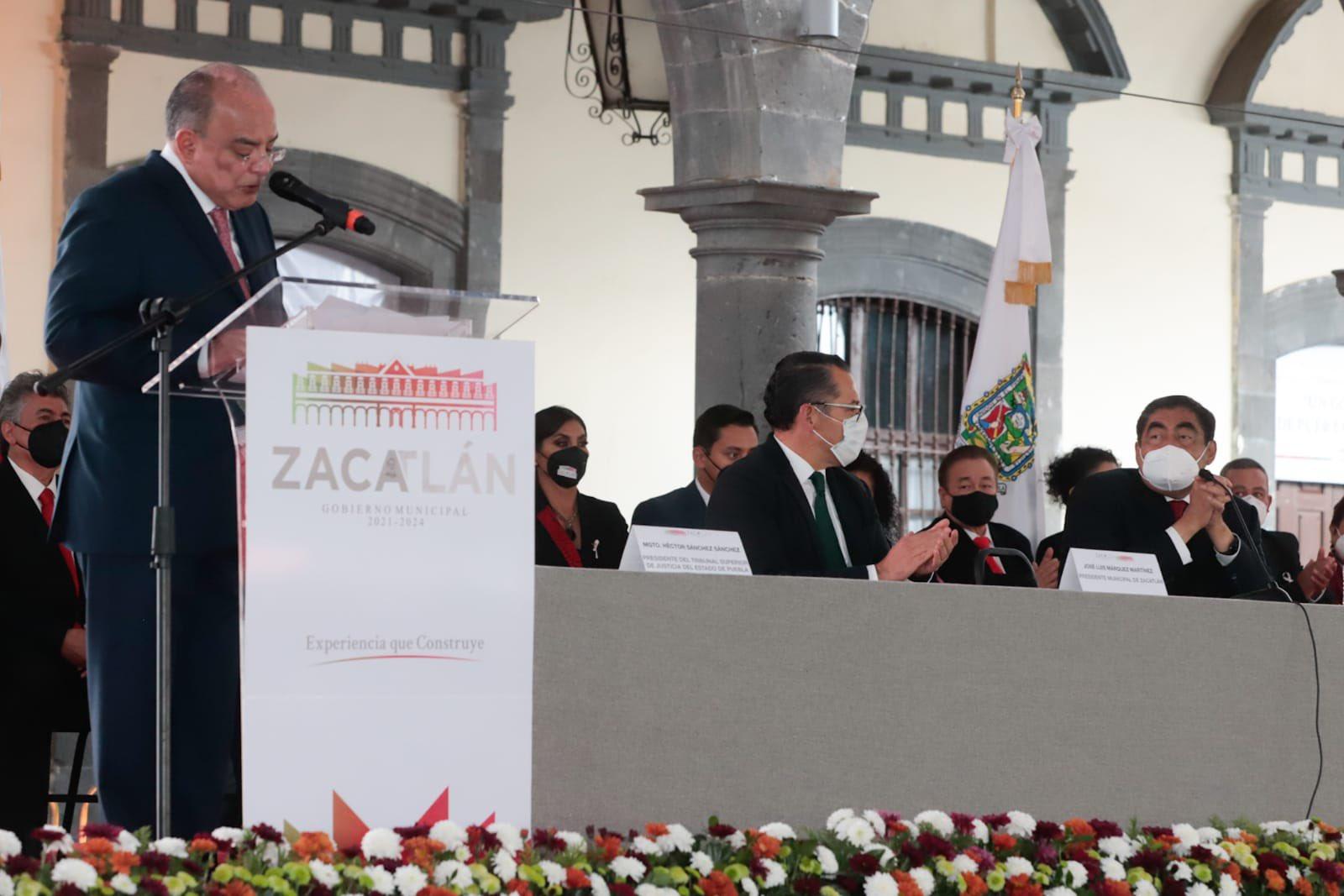 El gobernador Miguel Barbosa Huerta acompañó en su toma de protesta a José Luis Márquez como nuevo alcalde  de Zacatlán
