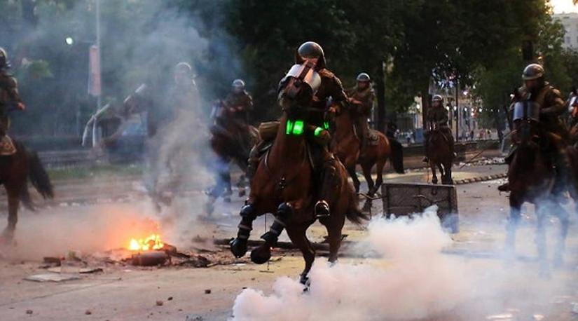 Veterinarios critican a Carabineros por uso de caballos en «control» de las protestas y piden transparentar protocolo