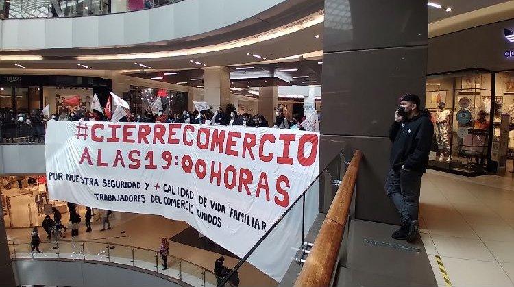 Cierre del comercio a las 19 horas: Trabajadores buscan apoyo en los alcaldes mientras proyecto continúa su discusión en el Senado