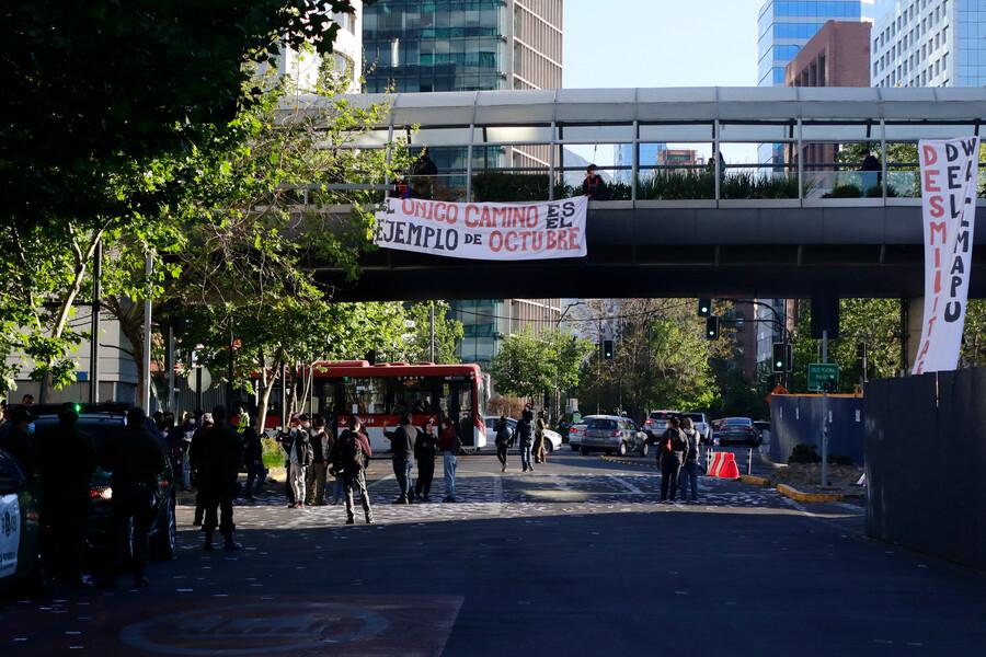 Detienen a estudiantes de la ACES durante protesta en el Costanera Center a dos años del estallido social