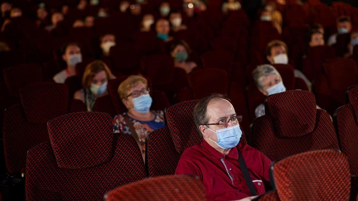 Italia se despide del metro de distancia y abre cines, teatros y discotecas
