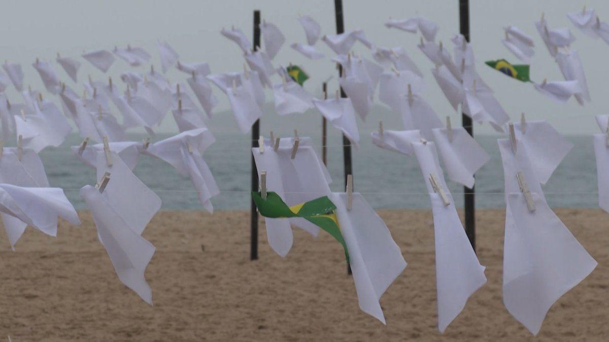 Copacabana se vistió de pañuelos blancos en homenaje a los 599.810 fallecidos por covid-19 en Brasil