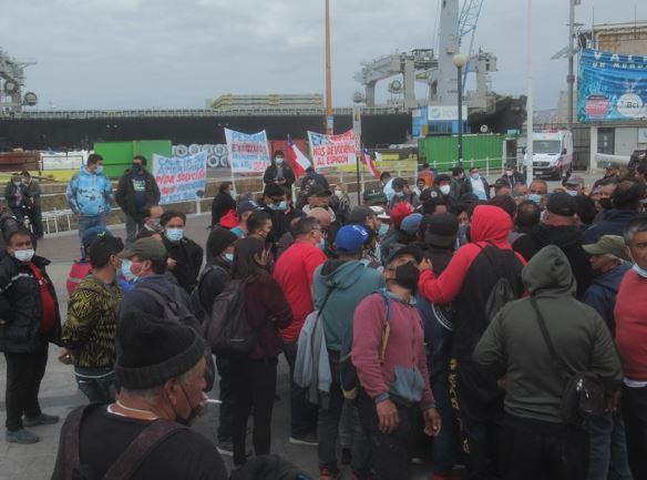 Rodrigo Mundaca, gobernador de Valparaíso, solidariza con pescadores artesanales de la Caleta Sudamericana