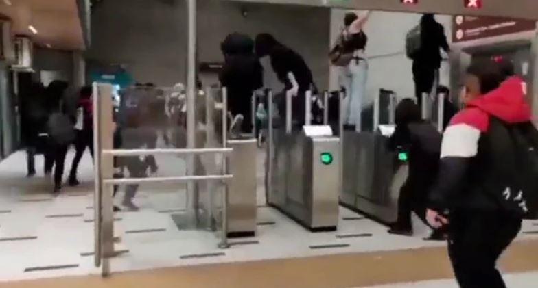(Video) 18 de Octubre: Estudiantes y trabajadores de salud realizan evasiones masivas y manifestaciones en el Metro, mientras marcha llega a la Convención